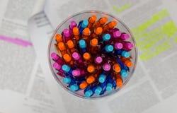 Molti colorano le penne in bottiglia sulla carta Fotografia Stock Libera da Diritti