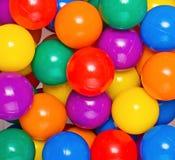 Molti colorano le sfere di plastica dai bambini Fotografia Stock Libera da Diritti