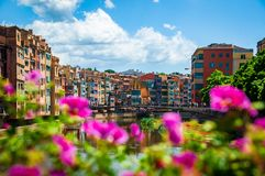 Molti colori di Girona un bello giorno soleggiato immagine stock libera da diritti