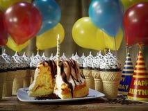 Molti coni gelati e torta di compleanno sulla tavola d'annata di legno Fotografie Stock Libere da Diritti
