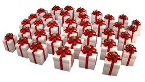 Molti contenitori di regalo bianchi con il nastro e l'arco rossi Immagini Stock Libere da Diritti