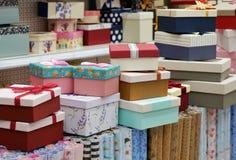 Molti contenitori di regalo impilati nelle file delle dimensioni differenti immagini stock libere da diritti