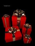 Molti contenitori di regalo rossi con il nastro e l'arco dell'oro Immagini Stock