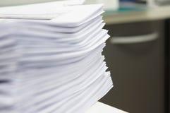 Molti copiano il documento all'ufficio Fotografia Stock
