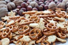 Molti cracker e nocciole Fotografie Stock
