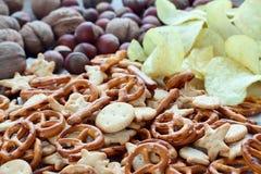 Molti cracker, patate e nocciole Fotografia Stock