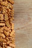 Molti cracker salati su un tagliere con lo spazio della copia Fotografia Stock