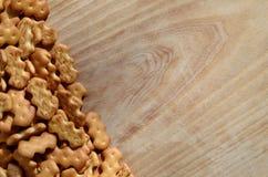 Molti cracker salati su un tagliere con lo spazio della copia Immagini Stock