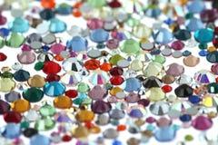 Molti cristalli di rocca sparsi Su una priorità bassa bianca fotografia stock