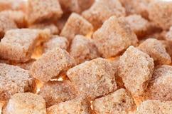 Molti cubi marroni dello zucchero di canna del grumo Fotografia Stock