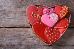 Molti cuori differenti del pan di zenzero in un contenitore di regalo per il biglietto di S. Valentino Immagini Stock Libere da Diritti