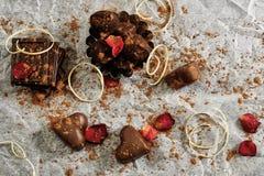 Molti cuori e tartufi del cioccolato su Libro Bianco Fotografia Stock Libera da Diritti