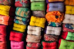 Molti cuscini fatti a mano immagini stock