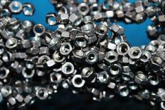 Molti dadi del metallo, magnetizzati l'un l'altro fotografia stock libera da diritti