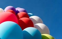 Molti dei palloni contro il cielo blu Fotografie Stock
