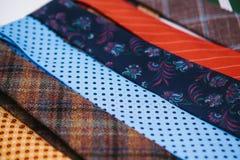 Molti di legami colorati multi in una fila Supplemento all'abbigliamento del ` s degli uomini nello stile di affari Accessorio al Fotografie Stock