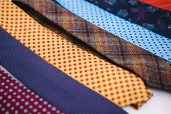 Molti di legami colorati multi in una fila Supplemento all'abbigliamento del ` s degli uomini nello stile di affari Accessorio al Fotografia Stock Libera da Diritti