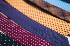 Molti di legami colorati multi in una fila Supplemento all'abbigliamento del ` s degli uomini nello stile di affari Accessorio al Immagini Stock Libere da Diritti