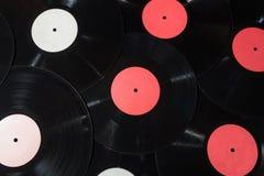 Molti dischi del vinile rossi ed etichetta bianca Immagini Stock Libere da Diritti