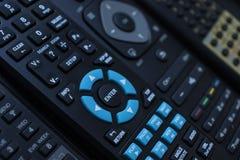 Molti dispositivi di controllo a distanza neri della TV si chiudono su fotografie stock libere da diritti