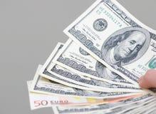 Molti dollari che cadono sulla mano dell'uomo con soldi Fotografia Stock Libera da Diritti