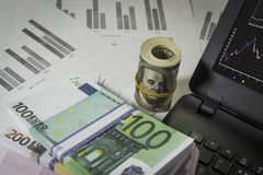 Molti dollari e euro sulla tavola Immagini Stock