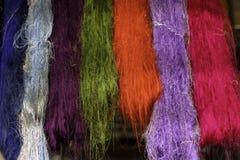 Molti fili di seta che appendono sulla ferrovia fotografie stock