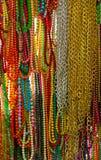 Molti fili variopinti che appendono le perle Fotografie Stock