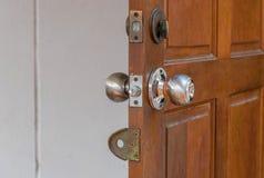 Molti fissano la porta di legno Fotografie Stock