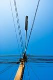 Molti fissano, linee e palo della luce elettrici sulla posta dell'elettricità Fotografia Stock