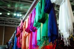 Molti foulards di pashmina immagine stock libera da diritti