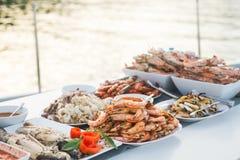 Molti frutti di mare grigliati hanno servito lo stile del buffet nel ristorante fotografia stock libera da diritti