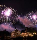 Molti fuochi d'artificio accendono il cielo fotografia stock