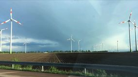 Molti generatori eolici funzionanti sul campo Vista dalla finestra di automobile commovente archivi video