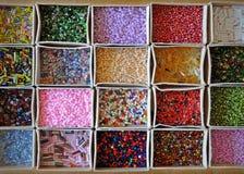 Molti generi di perle dei colori e delle forme differenti Immagini Stock