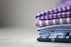 Molti generi di tessuti di cotone in bande e di gabbia su un fondo lilla fotografia stock libera da diritti