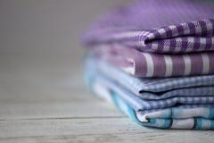 Molti generi di tessuti di cotone in bande e di gabbia sull'generi backMany lilla di tessuti di cotone in bande e di gabbia su un immagini stock libere da diritti