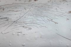 Molti graffiati sulla vecchia automobile bionda con danneggiamento profondo della struttura della pittura per fondo immagini stock libere da diritti
