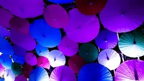 Molti hanno colorato l'ombrello di stile cinese in un fondo Immagine Stock