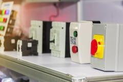 Molti interruttore on-off del materiale elettrico di genere ed accessori dell'interruttore per la tavola di energia elettrica di  fotografia stock libera da diritti