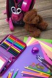 Molti istruiscono la cancelleria, borse di scuola, orsacchiotti, un mucchio fotografia stock