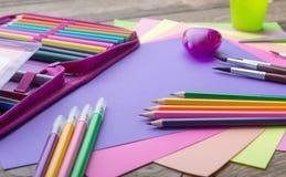 Molti istruiscono la cancelleria in un mucchio, colori accoglienti fotografia stock libera da diritti