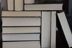 Molti libri accatastati su fotografia stock