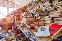 Molti libri sono sparsi nella stanza immagine stock libera da diritti