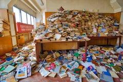 Molti libri sono sparsi nella stanza fotografia stock libera da diritti