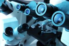 Molti microscopi immagine stock libera da diritti