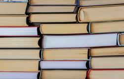 Molti mucchi dei libri, di nuovo al fondo della scuola con lo spazio della copia fotografie stock