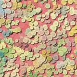 Molti multi bottoni di plastica d'annata colorati pastelli hanno sparso a caso su vecchio fondo rosa - vista superiore illustrazione di stock