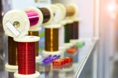 Molti nuovi della bobina variopinta del cavo sulla tavola con il chiarore per lavoro industriale elettrico fotografie stock