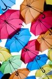 Molti ombrelli variopinti contro il cielo nelle regolazioni della città Kosice, Slovacchia Fotografie Stock Libere da Diritti